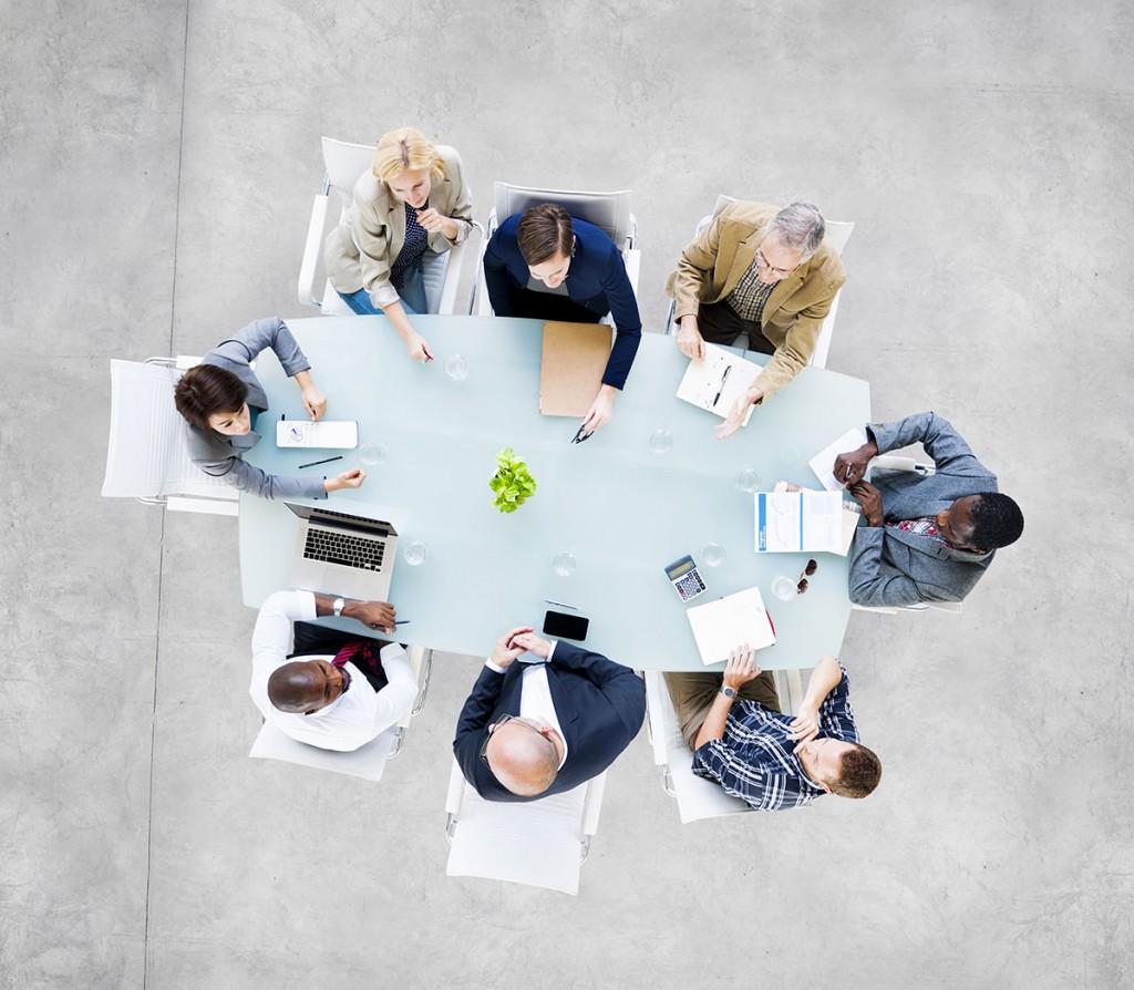 reunion-table-femmes-hommes-entreprise